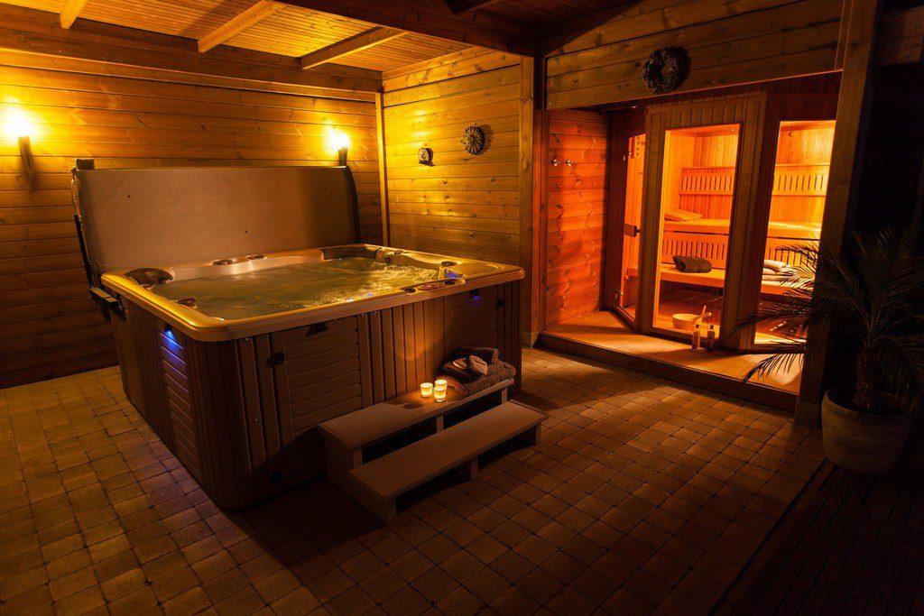 31da6d84968 Unieke prive-sauna met verwarmd buitenzwembad, hamman met licht therapie,  Finse buitensauna met licht therapie, jacuzzi, infrarood hoek, binnen- en  ...